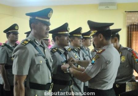 PENYEGARAN : Prosesi Sertijab di gedung Serbaguna Mapolres Tuban, Jumat (11/7/2014)