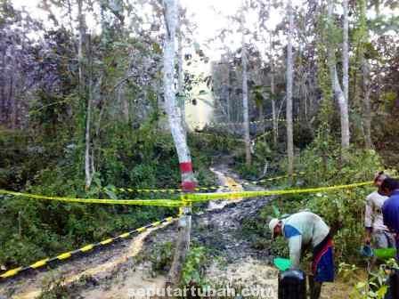SANGAT BAHAYA : Kondisi semburan air bercampur minyak dilokasi sumur peninggalan belanda kawasan hutan Perhutani KPH Jatirogo, Desa Kumpulrejo, Kecamatan Bangilan, Kab. Tuban, Sabtu (12/7/2014)