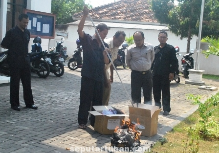 DIMUSNAHKAN : Surat suara Pilpres yang rusak dibakar di halaman kantor KPUD Tuban, Selasa (8/7/2014)