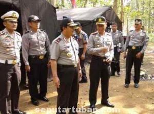 MEMASTIKAN KESIAPAN : Wakapolda Jatim (tengah) saat memeriksa kesiapan  pos pengamanan Mudik Lebaran di kawasan Jati Peteng, Kec. Jenu, Kab. Tuban