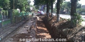 DIKEBUT: Gorong-gorong di depan Kantor Kecamatan Jenu yang setiap tahun jadi  pemicu banjir.