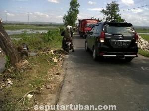 TAK LAYAK: Jalur poros kecamatan yang menghubungkan wilayah Merakurak dan Kecamatan Jenu, Selasa (22/07/2014) pagi.