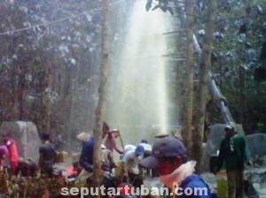 RAMAI : Meski berbahaya, warga tidak menghiraukan keselamatanya. Mereka mengais rejeki mengumpulkan minyak mentah yang tercecer.
