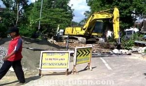 DIKELUHKAN WARGA: Jembatan di jalan raya Desa Mandirejo, Kecamatan Merakurak, yang dibongkar sejak Senin (14/07/2014) lalu.