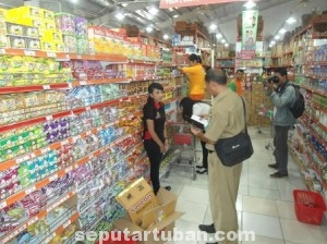 TAK MAU KECOLONGAN: Petugas dari Disperpar saat melakukan razia pada salah satu pusat perbelanjaan di Kota Tuban, Selasa (15/07/2014) pagi.