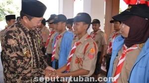 PERTAHANAN PRESTASI:  Bupati Tuban Fathul Huda saat melepas para pramuka penggalang yang aan mengikuti Jamdda Jatim 2014, Selasa (12/08/2014).