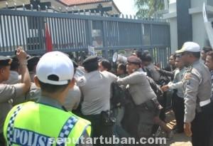 REPRESIF: Aksi dorong antara polisi dan mahasiswa saat berlangsung unjuk rasa di gedung DPRD Tuban, Minggu (25/08/2014) pagi. (foto: MUHAIMIN)