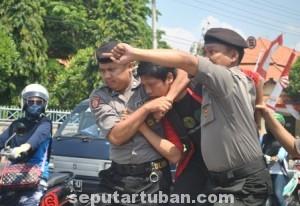Drama penangkapan aktivis saat unjuk rasa di depan Gedung DPRD Tuban