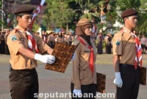 SEMANGAT : Anggota pramuka saat menjadi petugas Apel Besar HUT Pramuka ke 54 di alun-alun Tuban, Kamis (14/8/2014)