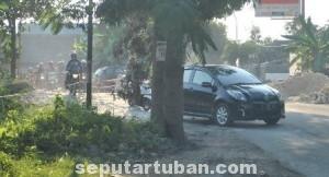 BAHAYA: Jembatan darurat di jalan raya Desa Mandirejo, Kecamatan Merakurak, yang bikin resah warga.