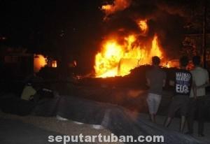 HEBOHKAN WARGA : Gudang Polowijo milik pengusaha Kerek ini ludes terbakar