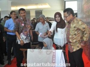 BERHARAP LEBIH BAIK : Menakertrans, Muhaimin Iskandar saat melihat stand pembuatan batik gedog di luar ruang pertemuan SKSI