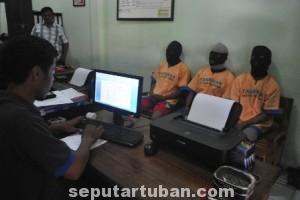 ERSANGKA: Ketiga pelaku pencurian di lingkungan PT Holcim Indonesia pabrik Tuban saat diperiksa aparat Reskrim Polres Tuban, Jumat (15/08/2014) siang.