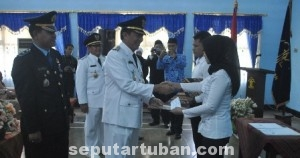 ISTIMEWA: Bupati Tuban Fathiul Huda saat memberikan surat remisi secara simbolis kepada salah seorang napi, Minggu (17/08/2014) siang.