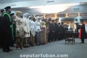 BANYAK WAJAH BARU : Anggota DPRD Kab. Tuban periode 2014-2019 saat melaksanakan sumpah/janji jabatan