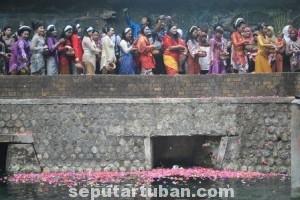 ACARA TAHUNAN : Para waranggono saat mengikuti proses tabur bunga di sendang Bektiharjo, Rabu (27/08/2014) foto : Muhlishin
