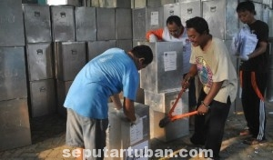 HARUS LEMBUR: Sejumlah staf KPUD Tuban sibuk membongkar kotak suara dan mengeluarkan semua daftar pemilih, Selasa (12/08/2014) siang.