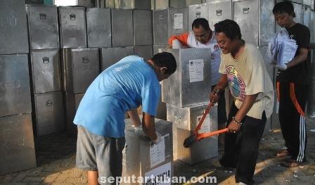 Staf KPU Tuban Saat Membongkar Kotak Suara (3)