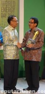 BUKTI KINERJA: Penghargaan diberikan oleh Menteri ESDM Jero Wacik dan diterima oleh Direktur Keuangan (Plt Direktur Utama) Semen Gresik Sunardi Priyonomurti di Jakarta (18/08/2014).
