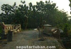 TAK ADA PENGAWASAN: Proyek rehab jembatan di kawasan Dusun Karanggeneng, Desa Sidorejo, Kecamatan Kenduruan, yang terkesan dikerjakan asal-asalan. (foto: MUHAIMIN)