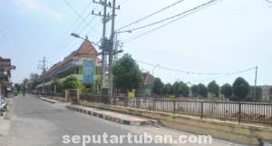 POLEMIK: Kawasan inilah yang nantinya akan disulap Pemkab Tuban menjadi terminal wisata Pantai Boom. (foto: MUHLISHIN)