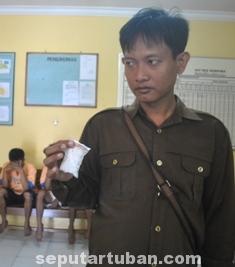 PIL KOPLO: Polisi menununjukkan barang bukti carnophen yang disita dari para pelaku.