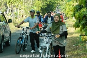 SEMANGAT : Para peserta fun bike HUT TNI ke 69 Kodim 0811 Tuban saat melintas di kawasan Bektiharjo, Kecamatan Semanding, Kab. Tuban