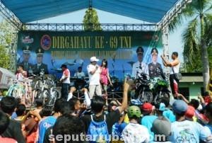 MENYATU : Kemeriahan hadiah dan panggung hiburan Fun Bike HUT TNI ke 69 di Makodim 0811 Tuban