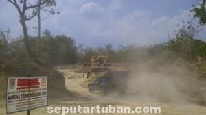 TIDAK MEMPAN: Meski sudah jelas-jelas terpasang papan larangan Satpol PP Tuban, namun aktifitas penambangan tanah uruk di Dusun Depes, Desa Simo, Kecamatan Soko, hingga Jumat (19/09/2014) siang tetap jalan terus.