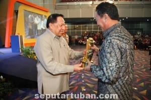 RUNNING PRESTASI: Bupati Tuban Fathul Huda menerima Piala WTN yang diserahan Menteri Perhubungan EE Mangindaan di SMESCO Convention Centre, Jalan Gatot Subroto Kav 94 Jakarta Selatan, Rabu (10/09/14).