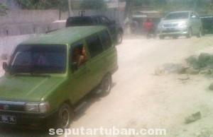 BLACK SPOT: Sejumlah kendaraan tengah melintas di atas proyek gorong-gorong di jalan raya KM 30 Dusun Logawe,  Selasa (02/09/2014) siang.