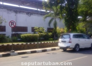 DIBIARKAN : Salah satu mobil sedang parkir dikawasan larangan parkir