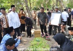 DUKA MENDALAM: Bupati Tuban Fathul Huda dan sejumlah handai taulan turut mengantarkan jasad almarhum Heri Kusworo, Kamis (04/09/2014) sore.