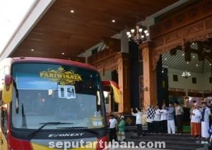 MABRUR : Suasana pemberangkatan CJH di Komplek Pendopo Krido Manunggal Pemkab Tuban, Selasa (23/09/2014) pagi