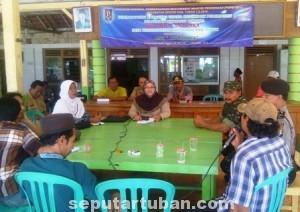 MASIH DITAMPUNG : Perwakilan warga saat bertemu dengan pihak pemerintah desa untuk membahas tuntutan pemecatan perangkat desa yang diduga melakukan perselingkuhan, Selasa (23/09/2014)