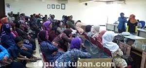 BUKTIKAN SENDIRI: Sebagian dari 75 warga Desa Timbrangan, Kecamatan Gunem, Kabupaten Rembang, saat mengunjungi pabrik Semen Indonesia di Tuban, Jumat (05/09/2014) siang. (foto: HUMAS PT SI)
