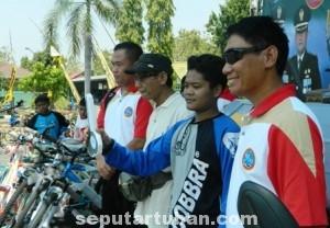 BERUNTUNG : Para pemenang 2 sepeda motor (tengah) didampingi Dandim Tuban (paling kiri) dan Kapolres Tuban (paling kanan)