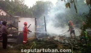 HABIS TOTAL: Rumah warga di RT 01 RW 04 Dusun Singkal, Desa Kendal, Kecamatan Soko, ludes dilalap api. (foto: ARIF AHMAD AKBAR)