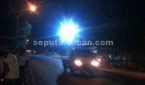 BAHAYA: Inilah percikan api yang keluar dari gardu listrik milik PLN depan KUD Soko karena konslet, Senin (27/10/2014) malam.