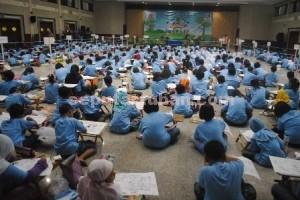 KURANG MERIAH : Peserta saat mengikuti lomba mewarnai dan menggambar dalam rangka HUT Semen Indonesia ke 57