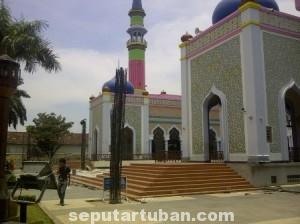 DIREMAJAKAN : Nampak kegiatan pekerjaan pembuatan payung halaman Masjid Agung Tuban