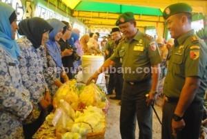 MERIAH : Pangdam V Brawijaya dan Dandim 0811 Tuban saat dilokasi pameran hasil pertanian