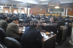 NAMPAK SERIUS : Para anggota DPRD Tuban saat rapat paripurna pembentukan Pansus 8 Raperda