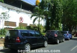 DIBIARKAN : Pelanggaran larangan parkir seperti masih biasa terjadi di Kabupaten Tuban dan hingga saat ini belum pernah mendapat tindakan tegas dari petugas