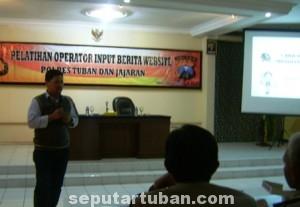 MENARIK : Proses pelatihan dengan materi penulisan berita di Gedung Serbaguna Mapolres Tuban, Kamis (9/10/2014)