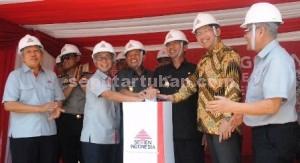 INOVASI BARU: Jajaran Direksi PT Semen Indonesia mejeng barengan dengan Bupati Tuban Fathul Huda dan Wabup Noor Nahar Husein, Rabu (22/10/2014) siang.