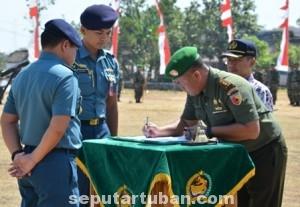 BUKTI MERAKYAT : Dandim 0811 Tuban, Letkol Kav. Rahyanto Edy Yunianto saat menandatangani dokumen pelaksanaan TMMD di Tuban bersama Plt Sekda Kab. Tuban, Budi Wiyana dihadapan Kepala Staf Armada Timur, Laksamana Pertama TNI, Aan Kurnia