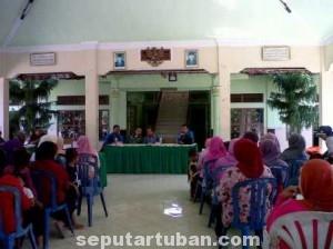 TIDAK TEPAT : Masyarakat penerima program PKH saat menerima sosialisasi di Balai Desa Sokosari Kecamatan Soko