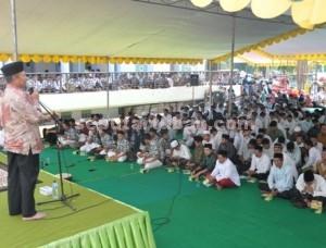 TUBAN BUMI WALI : Bupati Tuban, Fathul Huda saat menyampaikan sambutan pencanangan pengajian remaja di Masjid Agung Tuban, Sabtu (25/10/2014)