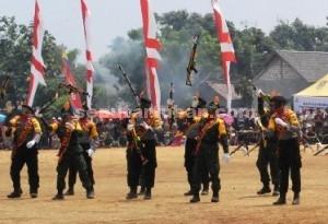Unjuk Kebolehan : Anggota TNI dan Polri tampil bersama usai pelaksanaan upacara penutupan